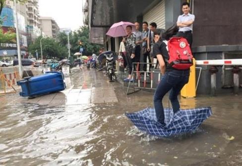 Thà ướt đầu chứ không thể ướt giày được. (Ảnh: Internet)