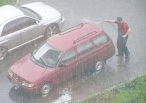 Rửa xe bất chấp thời tiết. (Ảnh: Internet)