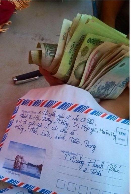 Không keo kiệt mà gửi tiền mừng khá sộp, nhưng cầm phong bì thế này, lại lỡ để bố mẹ thấy nữa thì biết phản ứng thế nào?