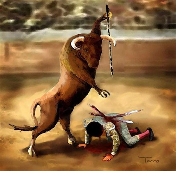 Người đàn ông kiệt sức gục xuống sàn đấu, con bò tót đứng thẳng dậy, tay giơ cao thanh kiếm, chờ đợi. Bốn phía khán đài bùng nổ với những tiếng hò reo vang dội, cổ vũ nó tung ra đòn kết liễu.