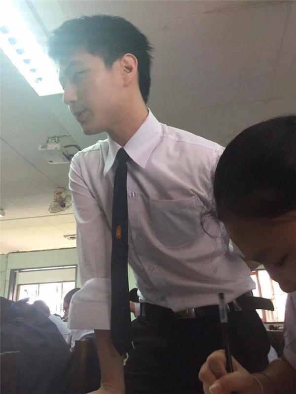 Tung tích của thầy giáo đang được cư dân mạng tích cực săn lùng.