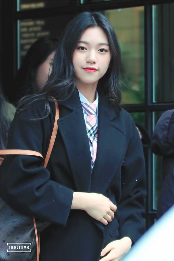 """Dù chỉ vừa bước sang tuổi 18 nhưng Kim Do Yeon trông rất trưởng thành và toát ra khí chất ngôi sao được sánh với đàn chị Jun Ji Hyun. Cô nàng là một trong những nữ thần tượng """"xinh từ trong trứng nước"""" bởi những bức ảnh trong quá khứ cũng lung linh không kém hiện tại."""