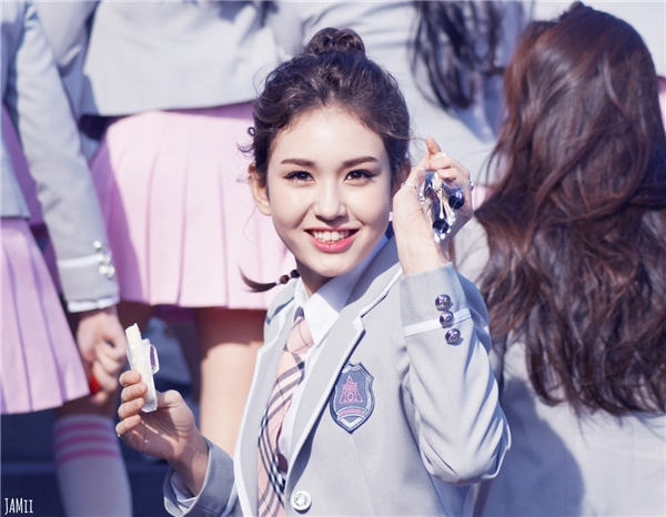 Những đường nét lai Tây trên gương mặt của Somi đã giúp cô trở thành thành viên trung tâm của IOI do các fan bình chọn. Vẻ đẹp của nữ thần tượng 16 tuổi khiến mọi người khó có thể rời mắt.