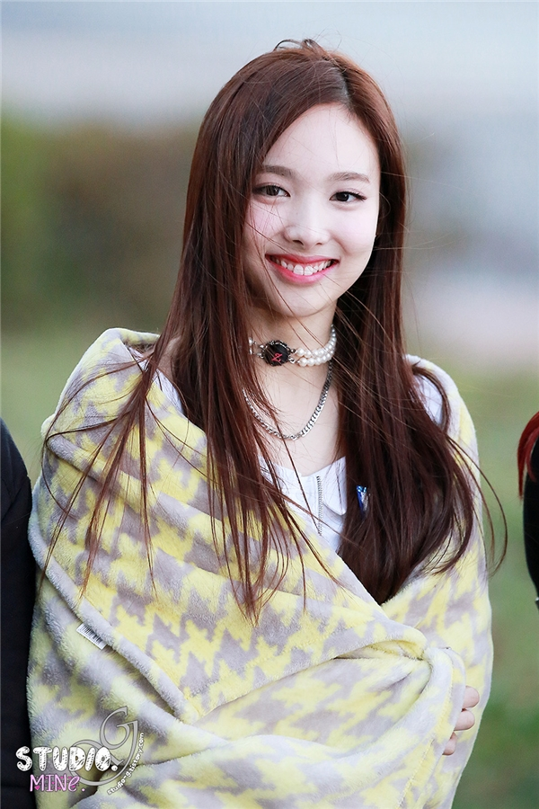 """Từ khi tham gia Sixteen, chị cả Nayeon đã được cư dân mạng dành cho những lời khen """"có cánh"""" về nhan sắc """"không phải dạng vừa"""". Vẻ ngoài của cô được cho là pha trộn giữa Sulli với Suzy và dự đoán sẽ trở thành một trong những nữ thần Kpop tương lai."""