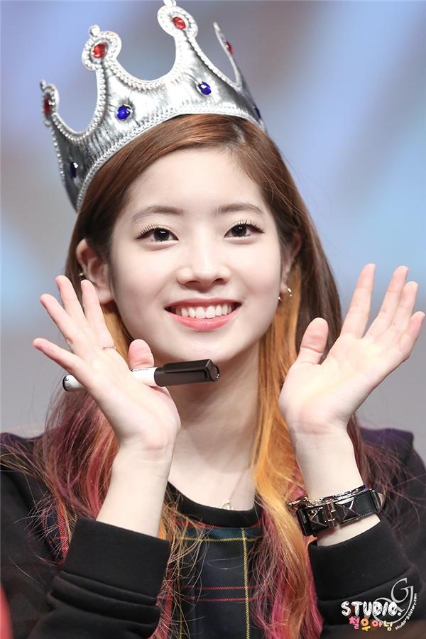Sở hữu gương mặt bầu bĩnhcùng nụ cười tươi rói, Dahyun trước khi tham gia Sixteen đã nổi tiếng với điệu nhảy đại bàng. Với tính cách năng động, cô nàng được dự đoán là một trong những nhân tố tiềm năng, hứa hẹn tỏa sáng chương trình thực tế xứ Hàn trong tương lai.