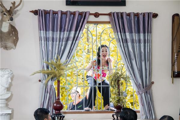 """ThúyNga nhớ lại: """"Có cảnh tôi phải đu lên cửa sổ để đòi cưới anh Tấn Beo, không may bị té xuống làm dập một góc vườn rau và bể chậu kiểng của người dân vậy mà họ không những không giận, còn thông cảm và phụ tôi dọn để quay tiếp, nghệ sĩ đi quay gặp nhiều người dân dễ thương vậy là vui lắm""""."""