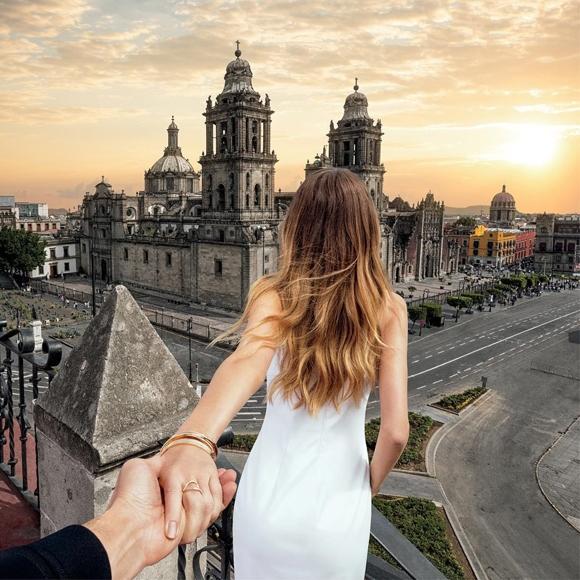 Nội dung chính của các bức ảnh là hình ảnh một cô gái nắm tay bạn trai dẫn đi khắp thế giới.