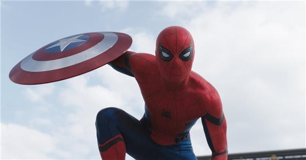 """Trong Civil War, chiếc khiên của Captain từng bị Người Nhện """"cướp""""."""