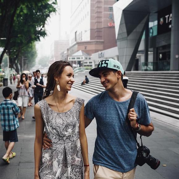 Đúng với tên gọi của series ảnh, chàng đã theo chân nàng đi khắp thế giới chỉ để chụp ảnh cho nàng và cho mình nàng mà thôi.