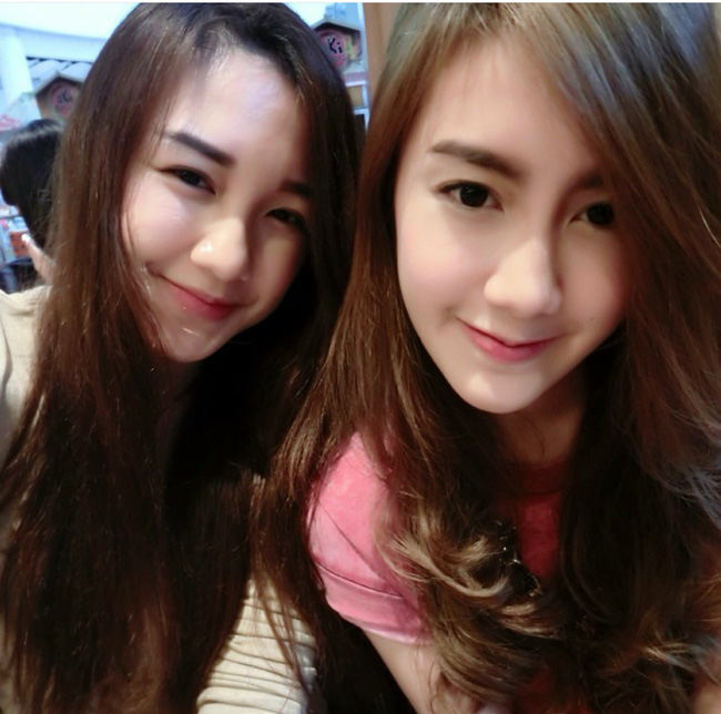 2 chị em có gương mặt vô cùng giống nhau, đôi khi rất khó phân biệt.