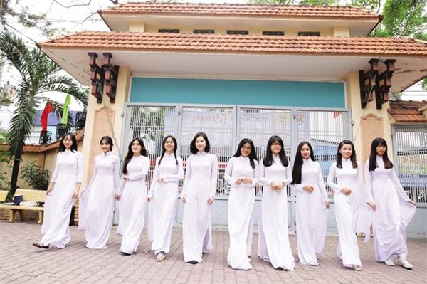 Vẻ hồn nhiên của các bạn nữ sinh THPT Nguyễn Du.