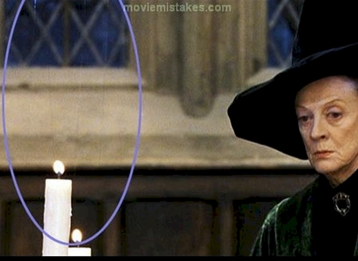 Trong phần đầu tiên của loạt phim Harry Potter, bạn sẽ vô cùng căn yêu thích Đại Sảnh Đường vì nét lộng lẫyvà tráng lệ và có phần kì ảo nhờ những ngọn nến lơ lửng trên không. Nhưng nếu nhìn kĩ sẽ thấy những cây nến được giữ bằng một sợi dây.