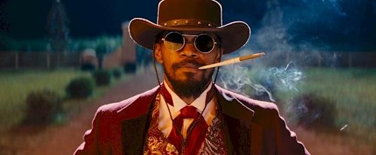Django đeo một cặp kính mát xuyên suốt bộ phim, tuy nhiên, theo như bối cảnh của phim thì tới tận 60 năm sau kính mát mới được ra mắt.