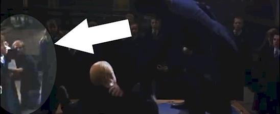 Chàng trai trong ảnh đang cầm một chiếc máy quay phim? Không biết ông Weasly sẽ nghĩ gì về điều này.