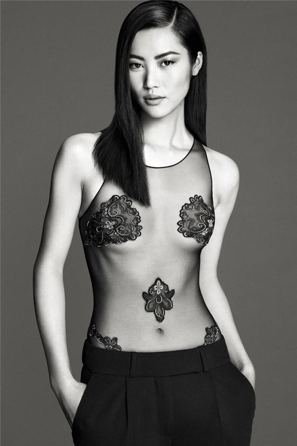 Diện áo hở bạo, Thanh Hằng lép vế với thiên thần Victoria's Secret