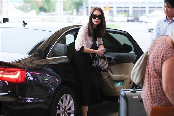 Diện trang phục nhẹ nhàng, nữ tính, Thu Thảo cũng là tâm điểm chú ý cho mọi người có mặt tại sân bay. - Tin sao Viet - Tin tuc sao Viet - Scandal sao Viet - Tin tuc cua Sao - Tin cua Sao