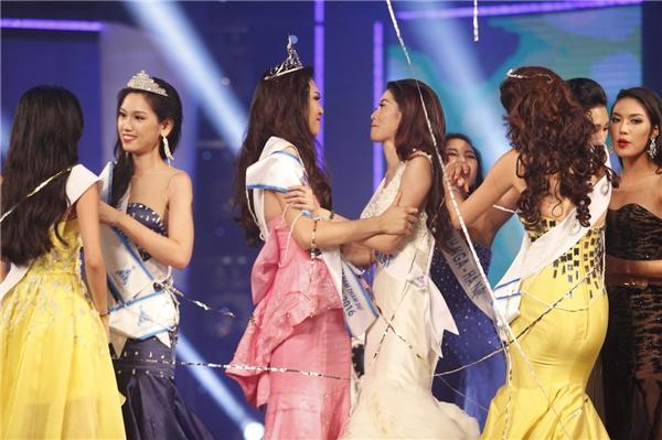 Quỳnh Châu chia sẻ niềm vui với tân Hoa khôi Áo dài Việt Nam 2016 Diệu Ngọc