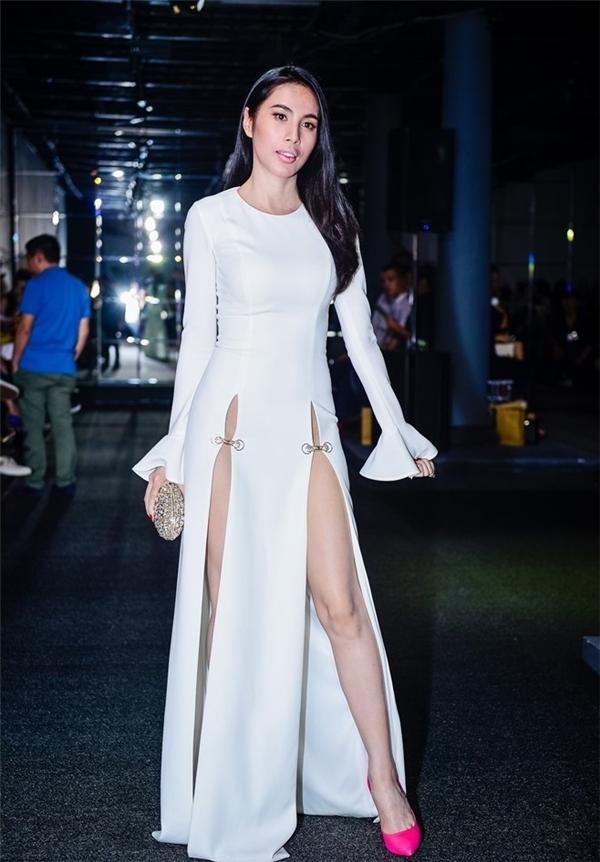 """Mặc dù khoe được đôi chân dài thẳng tắp nhưng người đẹp cũng vấp phải nhiều ý kiến chỉ trích vì trang phục cắt xẻđến mức """"quá đáng"""". - Tin sao Viet - Tin tuc sao Viet - Scandal sao Viet - Tin tuc cua Sao - Tin cua Sao"""