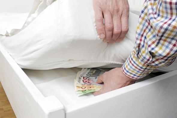Thông thường, khi muốn giấu tiền, nơi đầu tiên mà bạn nghĩ ngay đến là gì? Có phải dưới nệm không?