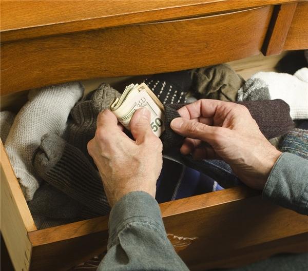 Hay nhét vào bít tất hoặc túi quần áo cũ.