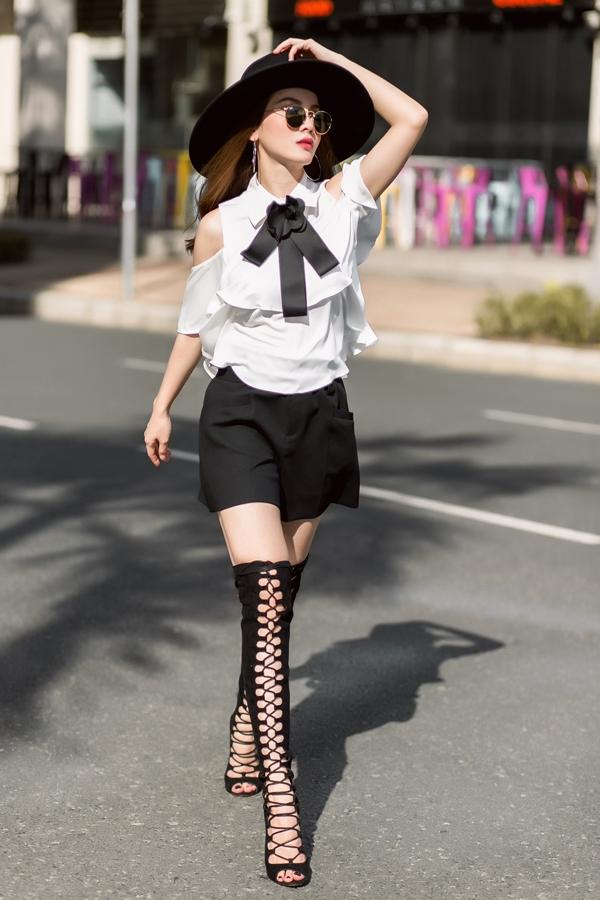 """Phối với sandal chiến binh đang """"làm mưa làm gió"""", cô nàng khiến nhiều người không thể không ngoái nhìn với phong cách thời trangcá tính."""