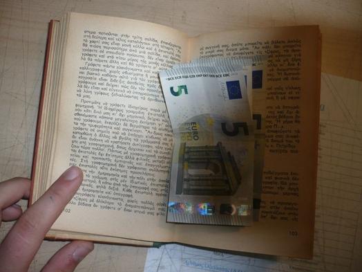 Hoặc kẹp giữa những cuốn sách cũ meo mốc mà có cho tiền cũng chẳng ai thèm sờ tới.