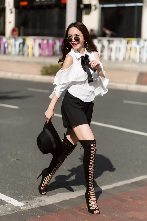 Yến Trang không thua kém bất cứ fashionista nào trên thế giới khi thả dáng trên đường phố.