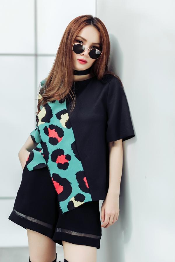 Những bộ trang phục bằng chất liệu mỏng, nhẹ phù hợp với mùa hè được thiết kế bất đối xứng cùng các màu sắc trẻ trung như Yến Trang khoác lên mình chắc chắn sẽ chinh phục được mọi cô nàng dù khó tính đến đâu.
