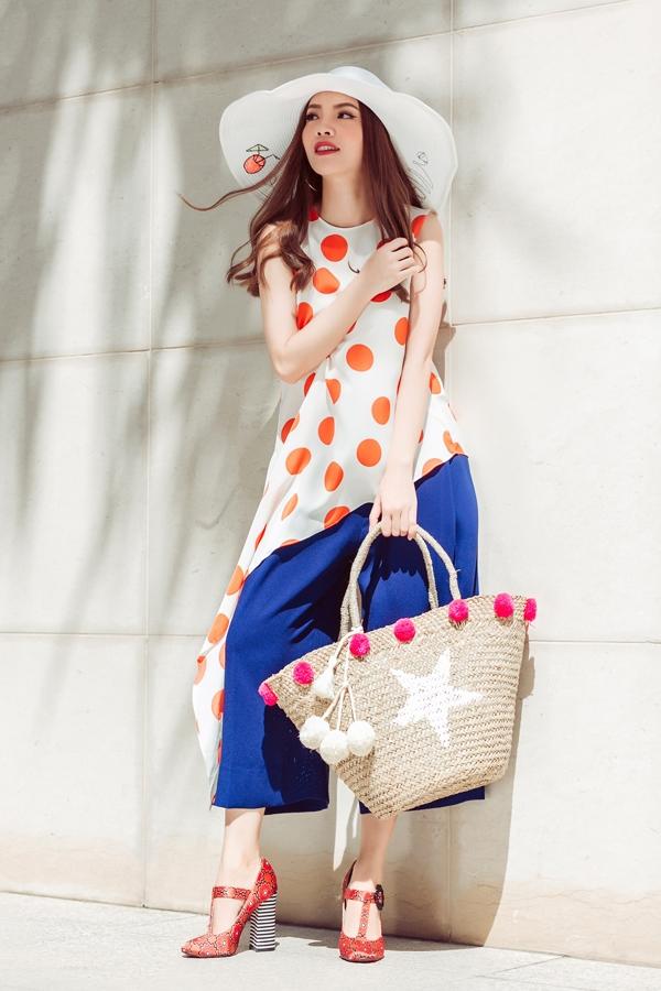 Kết hợp với nón vành rộng và túi cói lạ mắt, Yến Trang nổi bật hơn dưới nắng hè rạng rỡ.