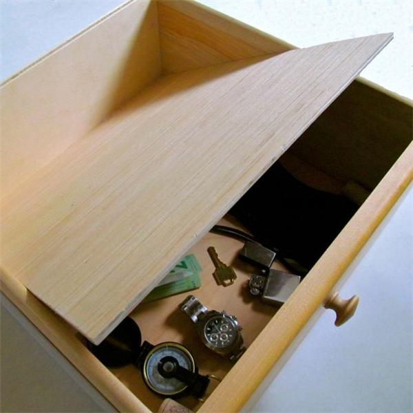 Hoặc ngay bên dưới hộc tủ được ngụy trang thành một hộc tủ khác, ai mà ngờ cơ chứ.
