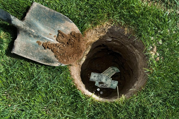 Hay cách đơn giản nhất và bí mật nhất vẫn là chôn tiền xuống đất, nơichỉ có mình bạn biết, trời biết, đất biết, và con chó nhà bạn biết mà thôi.