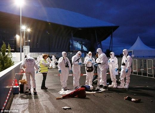 Lực lượng an ninh Pháp diễn tập chống tấn công khủng bố ở bên ngoài sân vận động Stade de Lumieres, Lyon. Ảnh: Reuters.