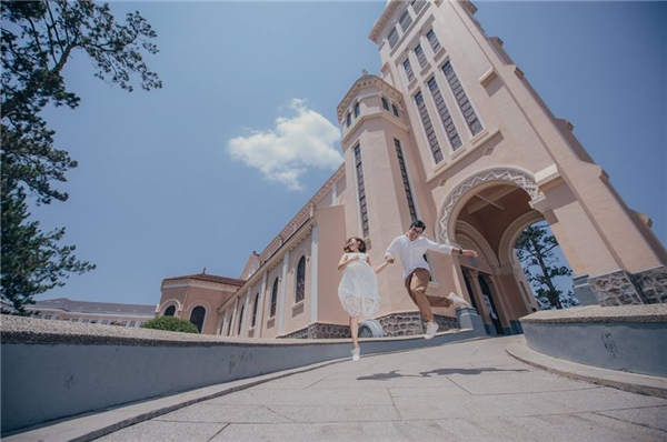 Ê-kíp cùng cô dâu chú rểđã rong ruổi khắp mọi ngóc ngách ở Đà Lạt, Mũi Né và thành phố Hồ Chí Minh để thực hiện bộ ảnh này.(Ảnh: Sanit.portfolio)
