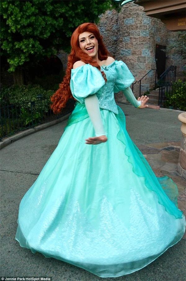 Richard trong trang phục của nàng công chúa anh yêu thích, Ariel