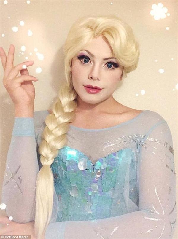 Anh chàng cũng đã rất kỳ công lựa chọn trang phục sao cho giống với nữ hoàng băng giá Elsa nhất.