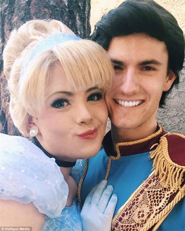 """""""Cinderella"""" Richard cùng một bạn cosplayer khác"""