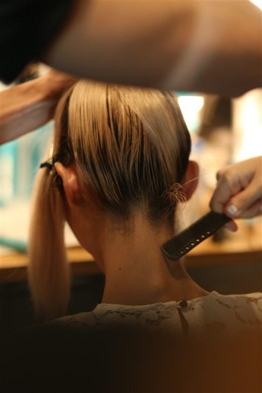 Phần gáy gọn gàng của kiểu tóc với mẹo hữu ích cho cả việc buộc đuôi ngựa và búi tóc.
