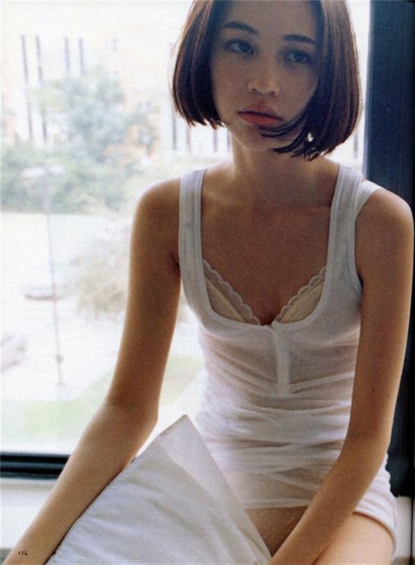 Khuôn ngực xinh xinh như thiếu nữ mới lớn trôngthơ ngây mà vẫn ẩn chứa vẻ sexy rất Lolita.(Ảnh: Internet)