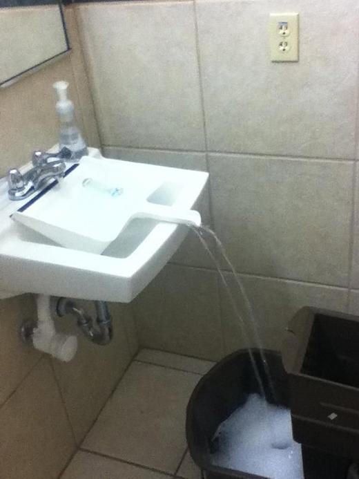 Sử dụng đồ hốt rác để dẫn nước từ bồn rửa tay đến chiếc xô bên dưới. (Ảnh: Internet)