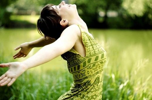 Cách thở đúng là thở từ phần bụng chứ không phải từ lồng ngực như mọi người thường nghĩ bởi thở theo cách này sẽ sâu hơn cũng như lấy vàonhiều lượng oxy. (Ảnh: Internet)