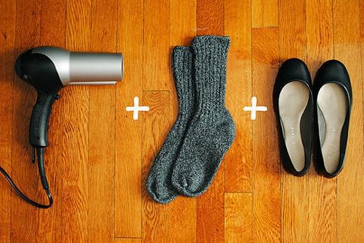 Hẳn ai cũng đều khó chịu với đôi giày chật chội vừa mới mua. Đừng vội vứt đi nhé vì bạn có thể cứu vãn được bằng cách mang vớ vào cùng với giày, dùng máy sấy tóc sấy vào những nơi bạn cảm thấy chật nhất. Lặp đi lặp lại cho tới khi đôi giày trở nên vừa vặn. (Ảnh: Internet)