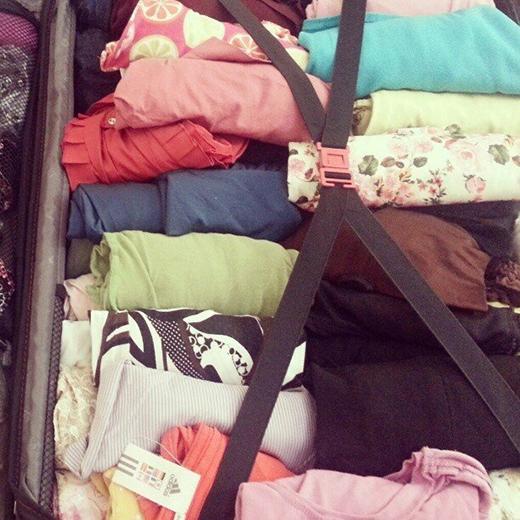Cuộn quần áo tốn ít không gian so với cách xếp quần áo thông thường. (Ảnh: Internet)