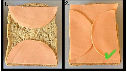 """Miếng sandwich hình vuông và mẩu phô mai hình tròn làm khó bạn trong việc sắp xếp sao cho hợp lí. Đừng lo, cắt đôi miếng phô mai và đặt theo hình nhé, đảm bảo món sandwich sẽ ngon """"từng mi li mét"""" cho xem. (Ảnh: Internet)"""
