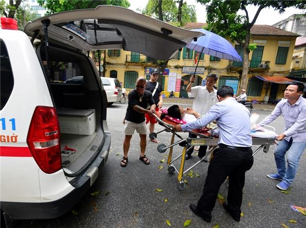 Cô gái được chở tới trường thi bằng xe của bệnh viện. (Ảnh: Internet)