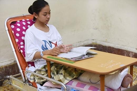 EmKiều Khánhđược đặc cách ngồi giường bệnh chuyên dụng trong giờ thi.(Ảnh: Internet)