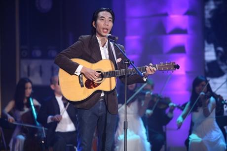 Tại chương trình Giai Điệu Tự Hào phát sóng vào tháng 5/2014, nhạc sĩ Quốc Trung với vai trò giám đốc âm nhạc đã dàn dựng lại ca khúc này cho một thí sinh thể hiện. Tuy nhiên, tiết mục nàybị các khách mời chê tới tấp vìcho rằng phần biểu diễn sai cả lời lẫn nhạc và chất giọng ca sĩ không phù hợp với bài hát. - Tin sao Viet - Tin tuc sao Viet - Scandal sao Viet - Tin tuc cua Sao - Tin cua Sao