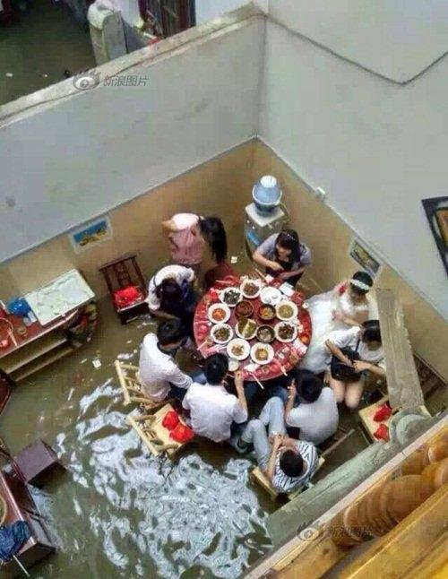 Tiệc cưới diễn ra ngay trong căn phòng ngập nước. (Ảnh: Internet)