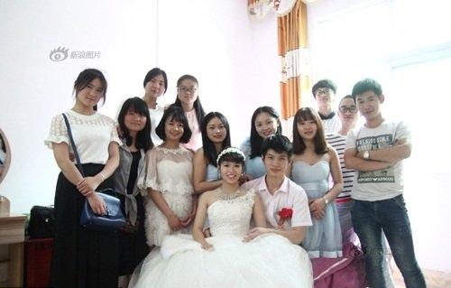 Cô dâu và chú rể hạnh phúc bên gia đình và bạn bè. (Ảnh: Internet)