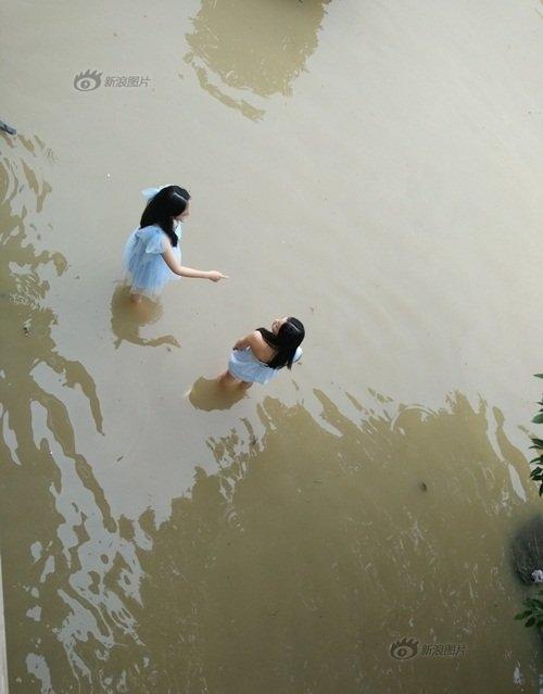 Phù dâu ngâm chân trong nước lạnh thay vì yêu kiều trên đôi giày cao gót. (Ảnh: Internet)