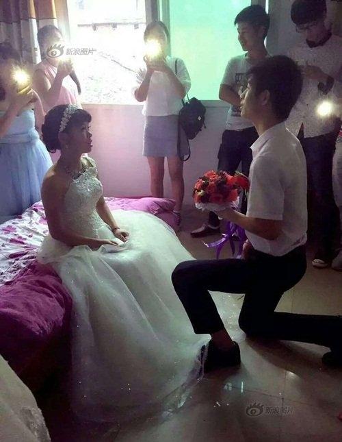 Hôn lễ diễn ra đơn sơtrên tầng hai nhà cô dâu. (Ảnh: Internet)